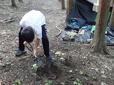 土を掘ってかまどを作る