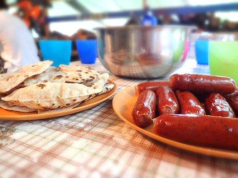 出来上がった朝食・チャパティとソーセージ
